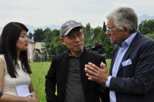 Prof.Dr.Walter Smerling im Gespräch mit dem Künstler Zhang Huan Foto: © Christa Linossi