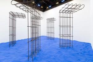 Flaka Haliti Speculating on the Blue, 2015, Sand, Metall, Licht, Installationsansicht Pavillon der Republik Kosovo, 56. Venedig Biennale, Foto: © Marc Krause, courtesy of the artist und LambdaLambdaLambda