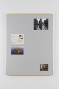 Hans Schabus, The Long Road from Tall Trees to Tall Houses (July 30th, 2015), 2015, Pigmentdruck auf Papier, Postkarten, Graupappe, Museumskarton, Glas, Aluminium, Holz, Farbe, diverses Befestigungsmaterial, 86,2 × 65,8 × 2,6 cm